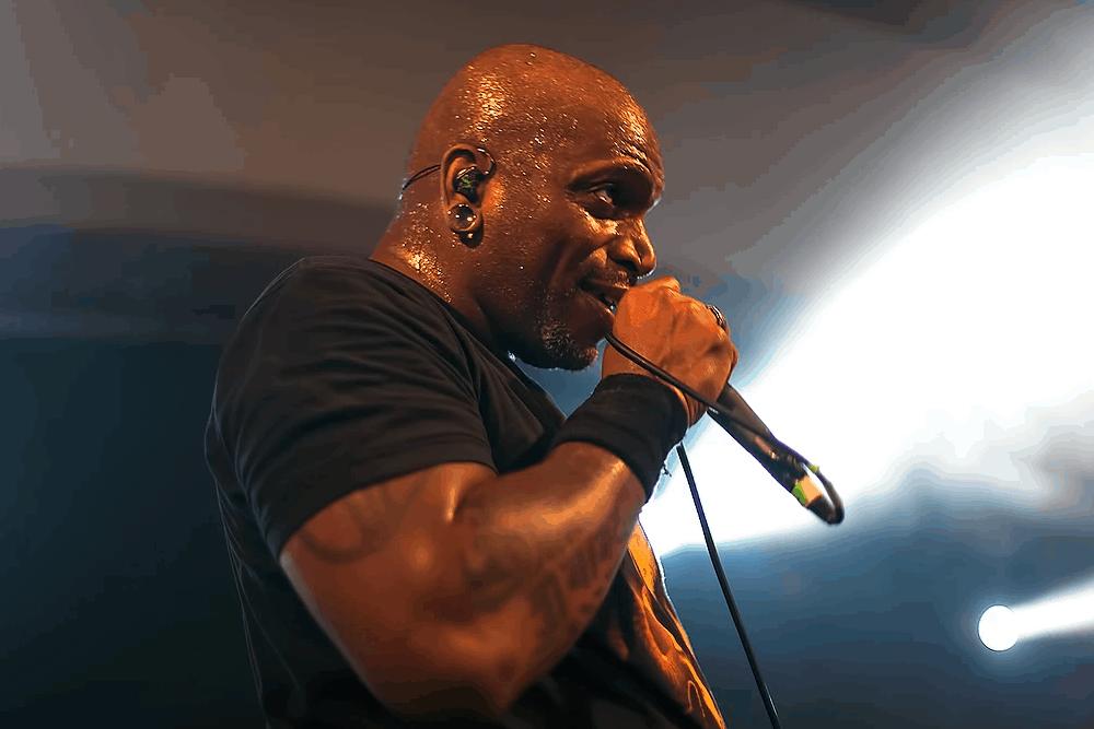 Derrick Green Sepultura usa fones de ouvido Xtreme Ears