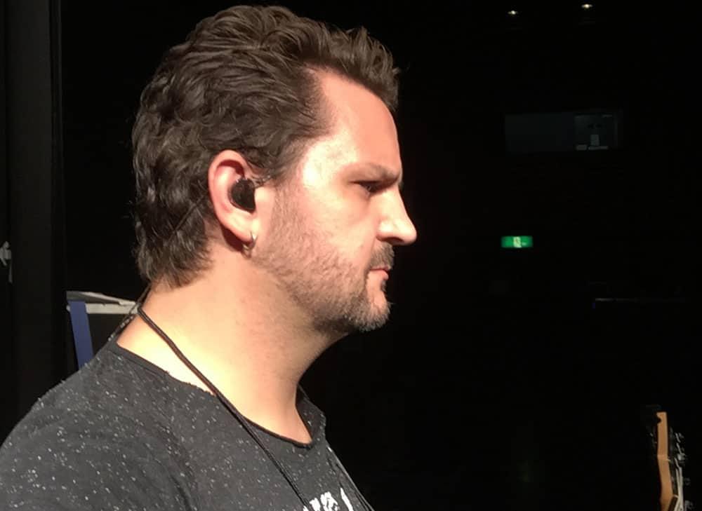 Baixista Felipe Andrelli usa os fones de ouvido in ear da Xtreme Ears