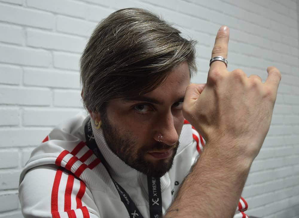 Tecladista Juninho Carelli usa os fones de ouvido in ear da Xtreme Ears