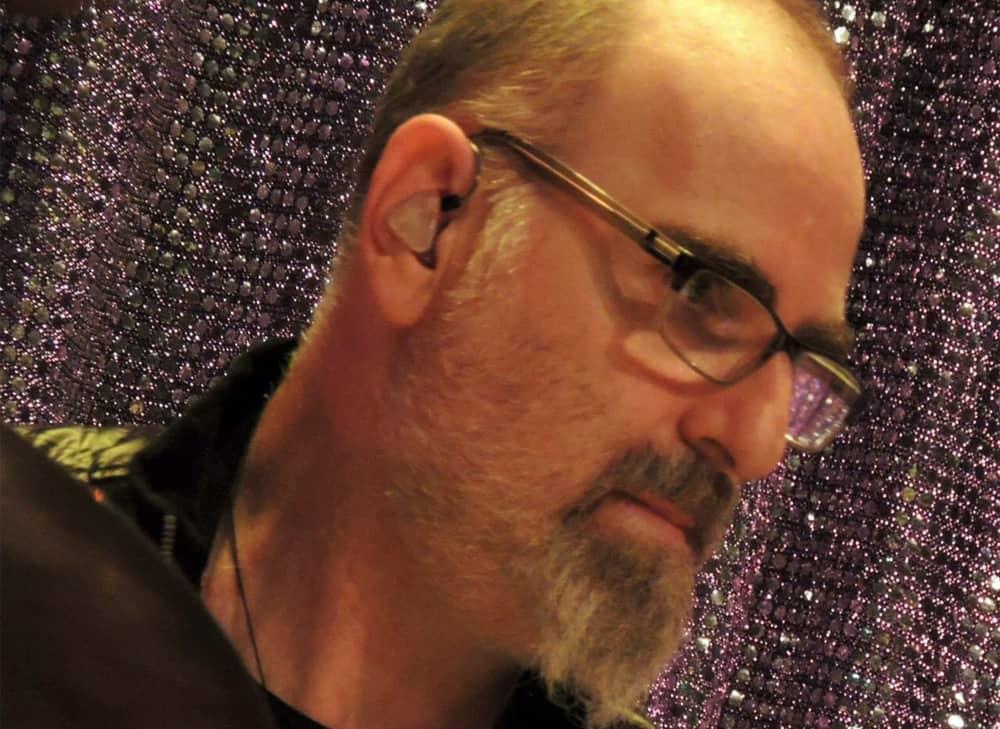 Produtor Kuki Stolarski usa os fones de ouvido in ear da Xtreme Ears