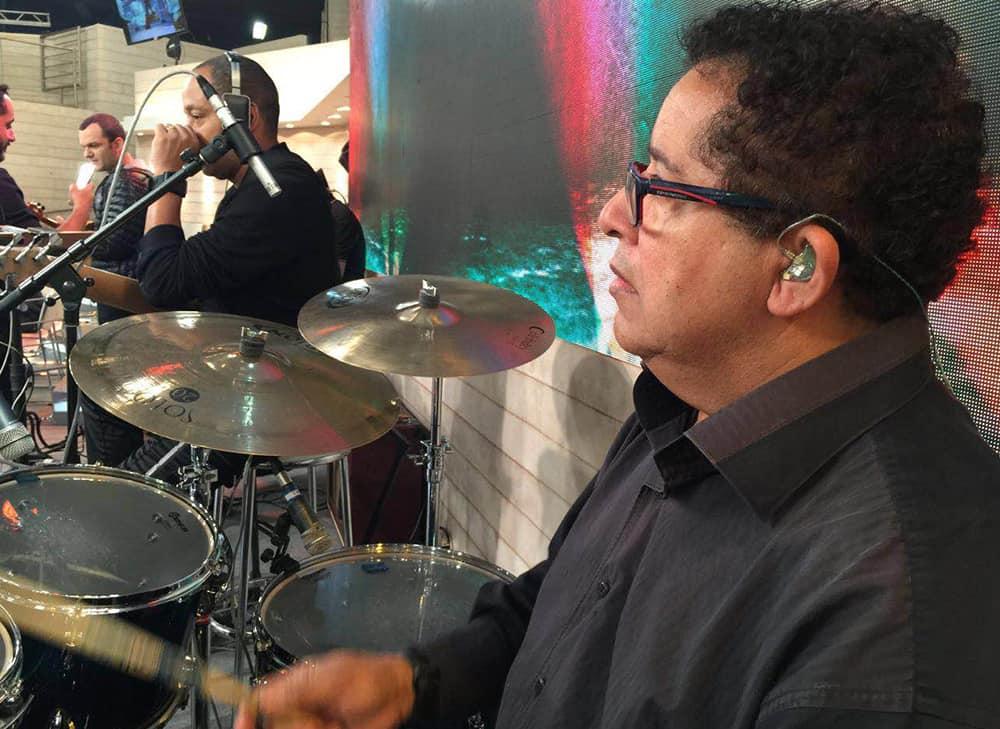 Baterista Camilo Mariano usa os fones de ouvido in ear da Xtreme Ears