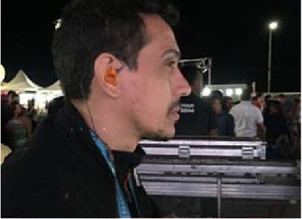 Tibério usa os fones de ouvido in ear da Xtreme Ears