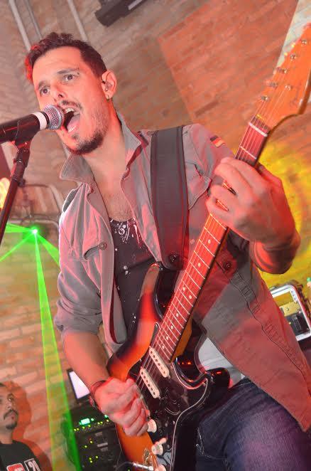 Filipe Camargo Vocalista e Guitarrista Quatro Fatos